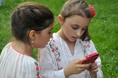35_Jula-fetite-in-ie-si-cu-telefon